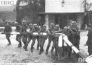 Niemieccy żołnierze wyłamują szlaban graniczny w Kolibkach